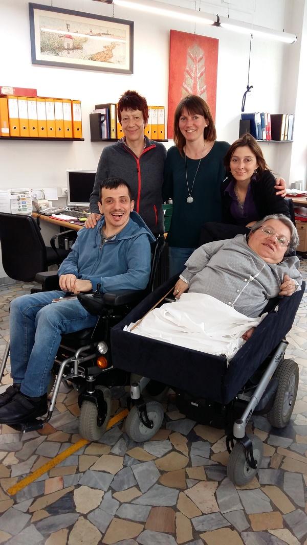 Foto nella sede dalla Cooperativa Handicrea con la Presidente Graziella Anesi, in basso a destra, e con le altre tre operatrici