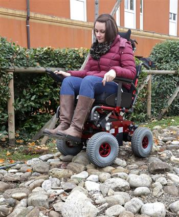 Una ragazza che si cimenta su un percorso con ciottoli